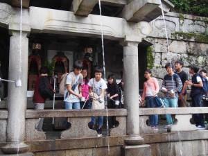 清水寺の音羽の滝。願いが叶うかな?