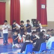 2・3年生が歓迎の気持ちを込めて言葉や演奏を発表しました。